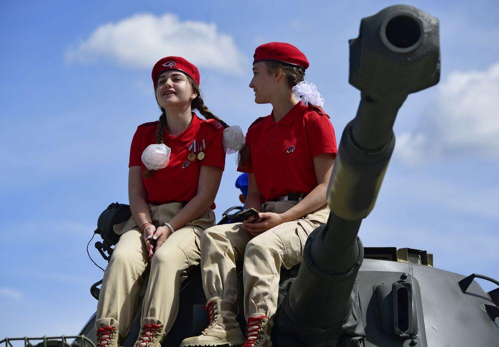 Členové ruského vojensko-patriotického hnutí Junarmija (Mladá armáda) na Mezinárodním vojensko-technickém fóru Army 2019.