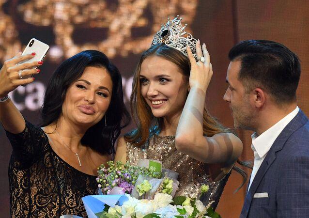 Vítězka 25. ročníku soutěže Krása Ruska Anna Bakšejeva během udělování cen.