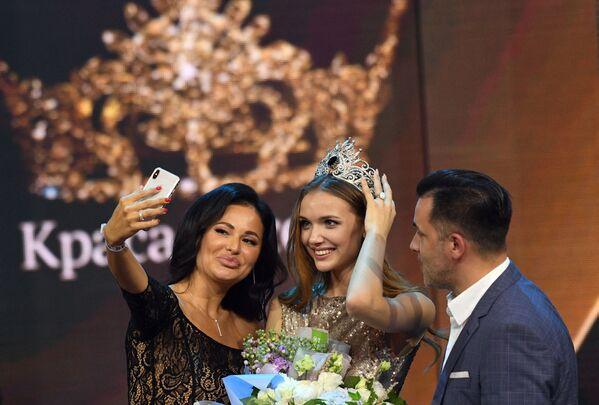 Vítězka 25. ročníku soutěže Krása Ruska Anna Bakšejeva během udělování cen. - Sputnik Česká republika