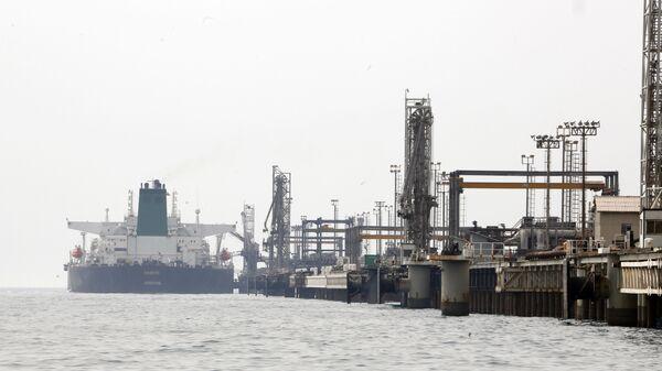 Íránský ropný tanker u ostrova Chark v Perském zálivu - Sputnik Česká republika