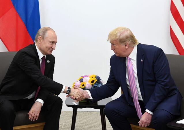 Ruský prezident Vladimir Putin a jeho americký protějšek Donald Trump na schůzce na okraji summitu G20 v Ósace (dne 28. června 2019).
