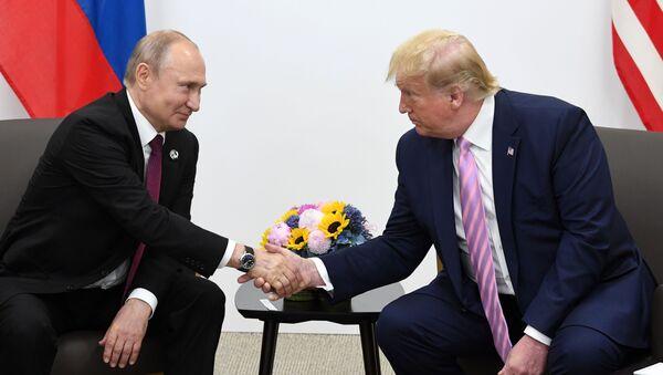 Ruský prezident Vladimir Putin a jeho americký protějšek Donald Trump na schůzce na okraji summitu G20 v Ósace (dne 28. června 2019). - Sputnik Česká republika