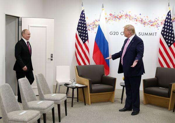 Americký prezident Donald Trump vítá ruského lídra Vladimira Putina. - Sputnik Česká republika