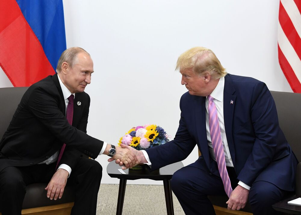 Prezidenti Ruska a USA, Vladimir Putin a Donald Trump, si podávají ruce.