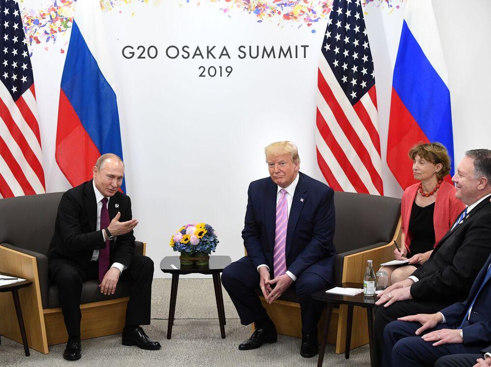 Ruský prezident Vladimir Putin a jeho americký protějšek Donald Trump na schůzce na okraji summitu G20 v Ósace.