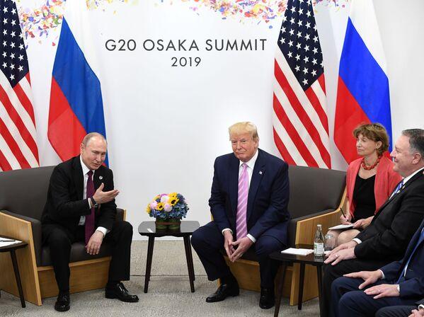 Ruský prezident Vladimir Putin a jeho americký protějšek Donald Trump na schůzce na okraji summitu G20 v Ósace. - Sputnik Česká republika