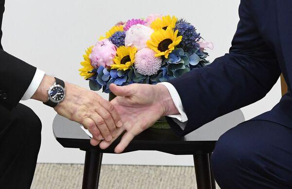 Lídři Ruska a USA Vladimir Putin a Donald Trump si podávají ruce. - Sputnik Česká republika
