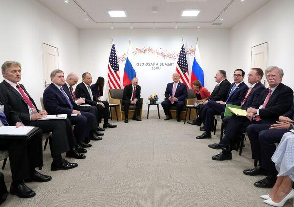 Ruska a americká delegace během schůzky lídrů Ruska a USA Vladimira Putina a Donalda Trumpa na okraj summitu G20 v Ósace. - Sputnik Česká republika