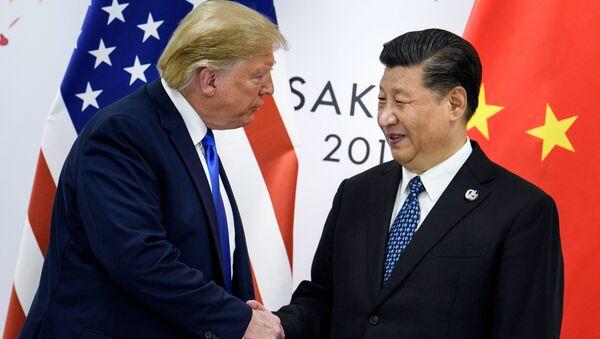 Donald Trump a Si Ťin-pching před zahájením setkání na summitu G20 v Ósace - Sputnik Česká republika