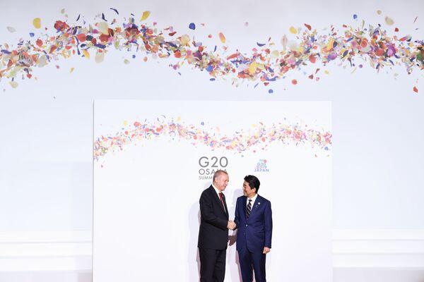 Turecký prezident Recep Tayyip Erdogan a japonský premiér Šinzó Abe na summitu G20 v Ósace. - Sputnik Česká republika