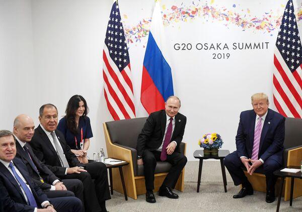 Prezidenti Ruska a USA Vladimir Putin a Donald Trump na summitu G20 v Ósace. - Sputnik Česká republika