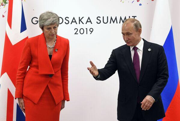 Ruský prezident Vladimir Putin a britská premiérka Theresa Mayová na okraji summitu G20 v Ósace. - Sputnik Česká republika