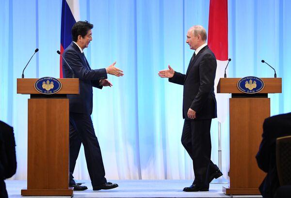 Ruský prezident Vladimir Putin a japonský premiér Šinzó Abe na summitu G20 v Ósace. - Sputnik Česká republika