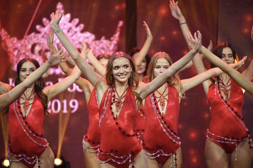 Účastnice finále 25. festivalu krásy a talentu Krása Ruska 2019.