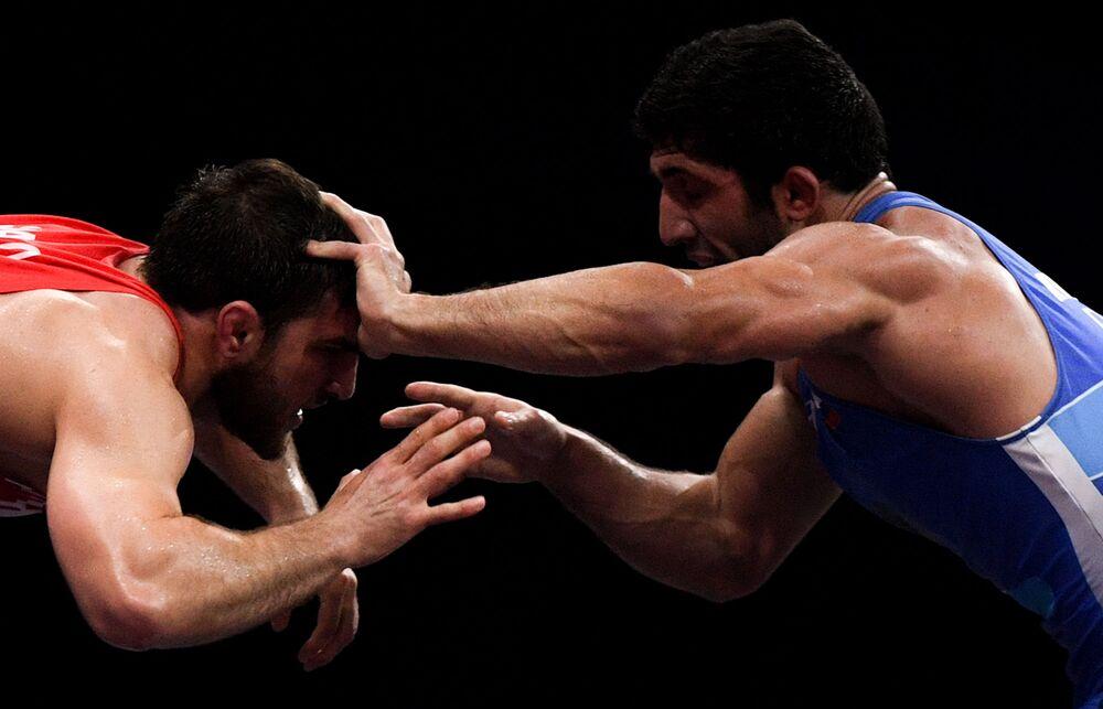 Bělorus Ali Šabanov a Rus Dauren Kurugliev během zápasu na Evropských hrách v Minsku.