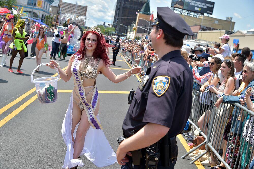 Miss Coney Island na 37. každoročním pochodu mořských panen v New Yorku.