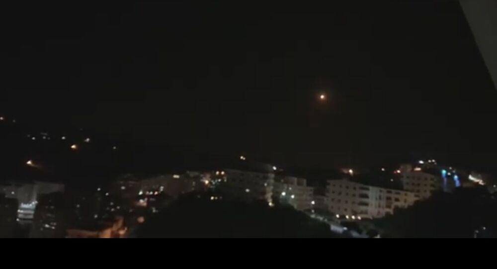 Snímek z videa raketového útoku na Damašek