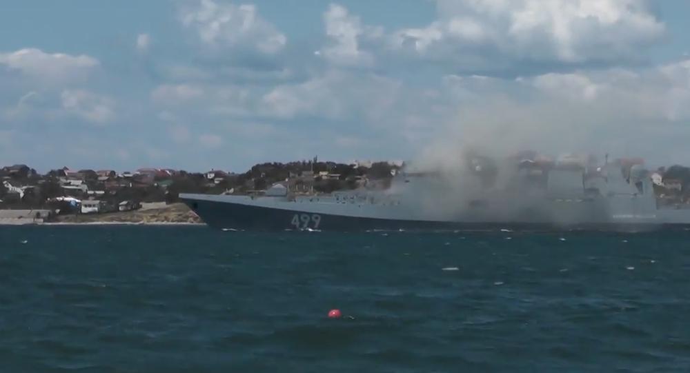 """Video: Ruské námořnictvo v Sevastopolu předvedlo """"námořní bitvu"""" s podporou vrtulníků a stíhaček"""