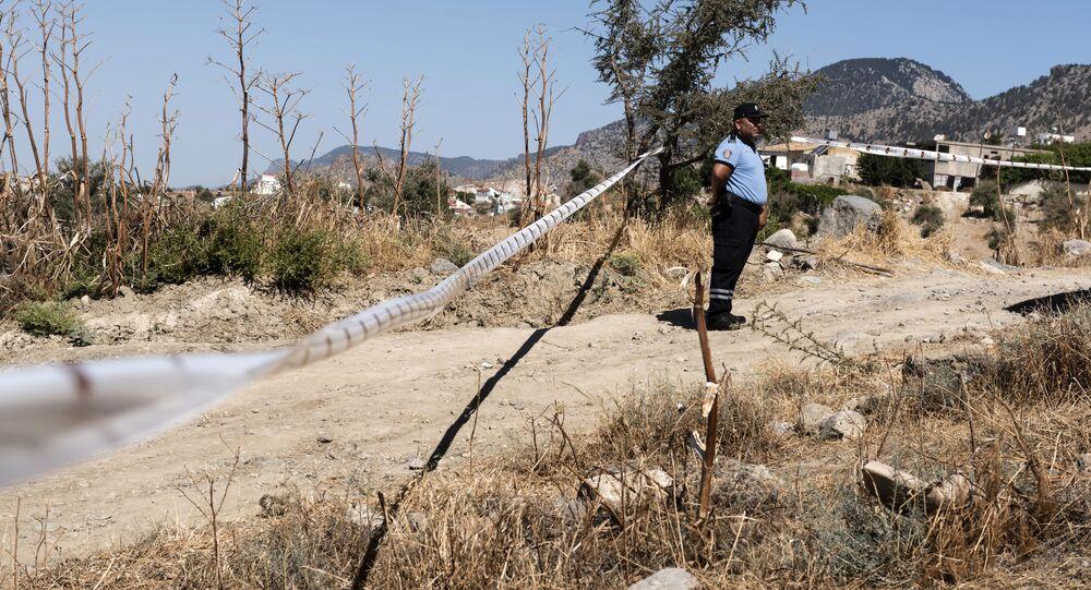 Policie vedle místa pádu neznámého objektu na Severním Kypru