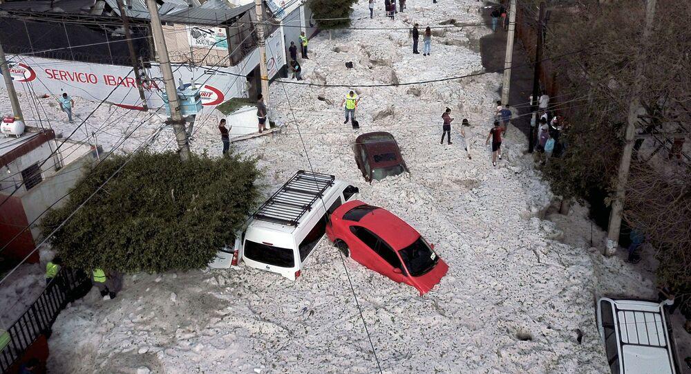 Mexické mesto zasypalo metrovou vrstvou kroup