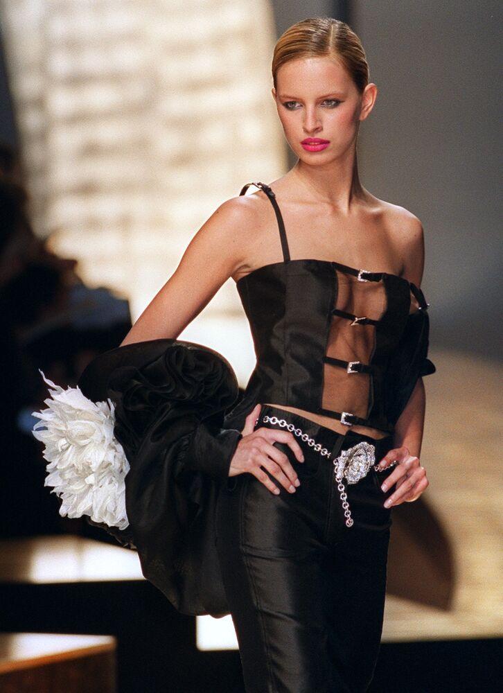 Česká supermodelka Karolína Kurková během módní přehlídky Valentino v Paříži