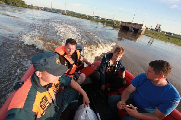 Záchranáři v jedné ze zatopených oblastí Tulunu. - Sputnik Česká republika