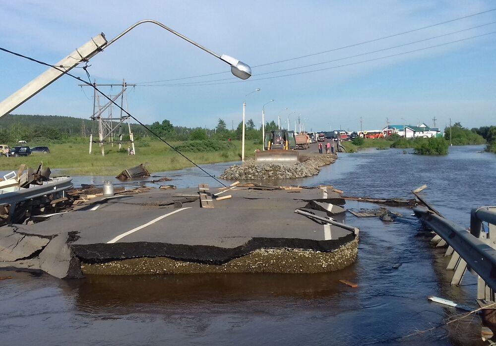 Zničená silnice v zatopeném městě Tulun.