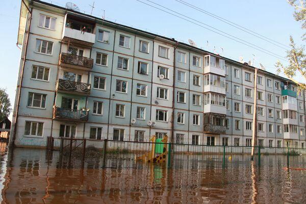 Bytový dům v zatopené oblasti Tulunu, Irkutská oblast. - Sputnik Česká republika