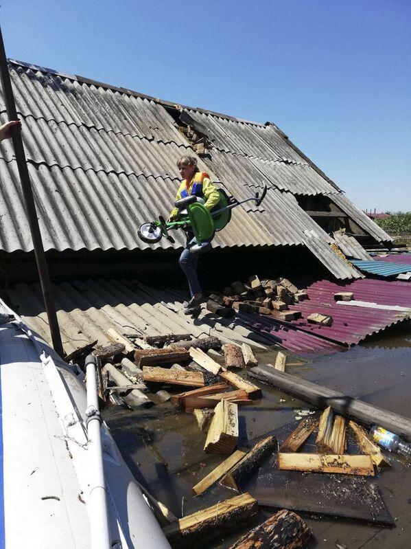 Dům v zatopené oblasti Tulunu, Irkutská oblast. - Sputnik Česká republika