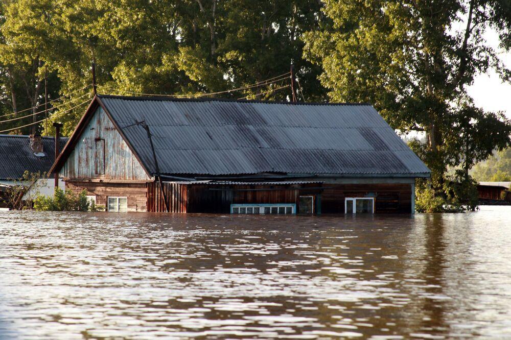Pohled na zaplavené oblasti Tulunu. V Irkutské oblasti je v důsledku povodní zaveden nouzový režim.