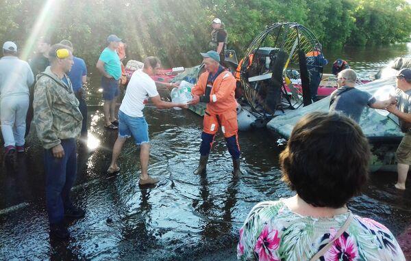 Záchranáři přinesli pitnou vodu obyvatelům zaplaveného Tulunu. - Sputnik Česká republika