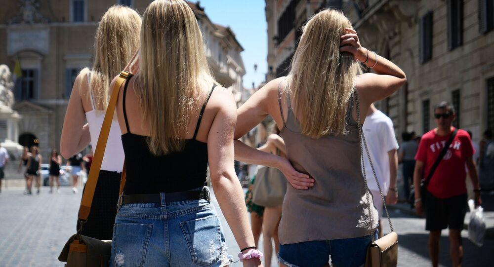 Turistky na ulici v Římě. Ilustrační foto