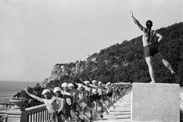 Ranní cvičení v jednom z rekreačních středisek Krymu, 1954. - Sputnik Česká republika