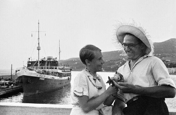 Pár v přístavu Jalty. Krym, 1956. - Sputnik Česká republika