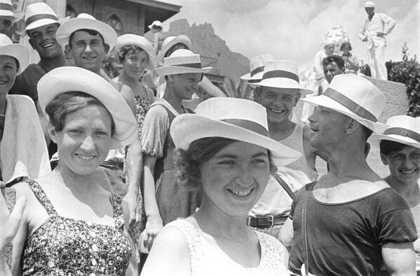 Mládež si užívá dovolené v Jaltě. 1939. - Sputnik Česká republika