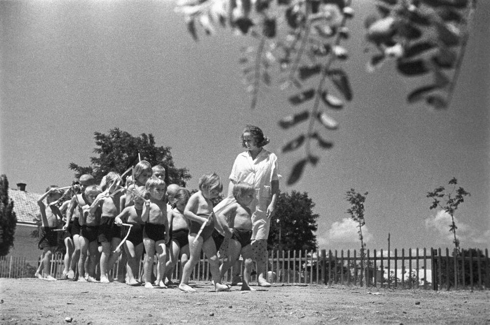 Žáci mateřské školy na farmě Feodosiyskij během procházky. Krym, 1939.