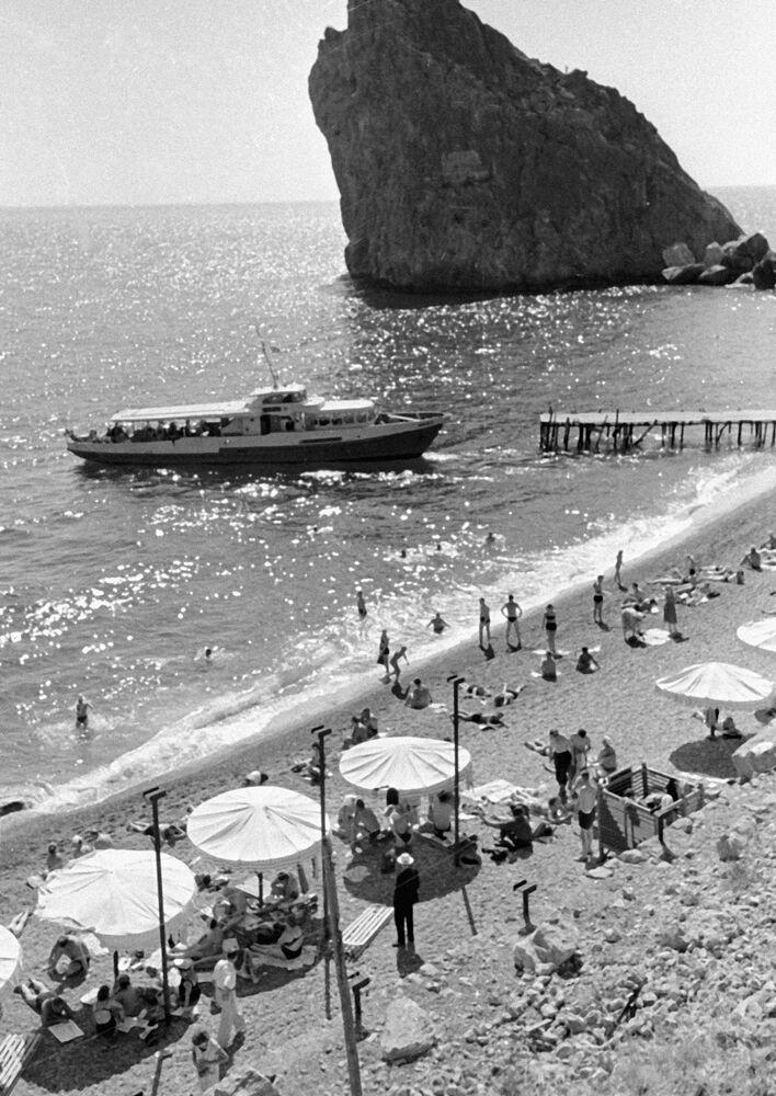 Turisté se opalují na pláži v Simeizu na jižním pobřeží Krymu, 1964.