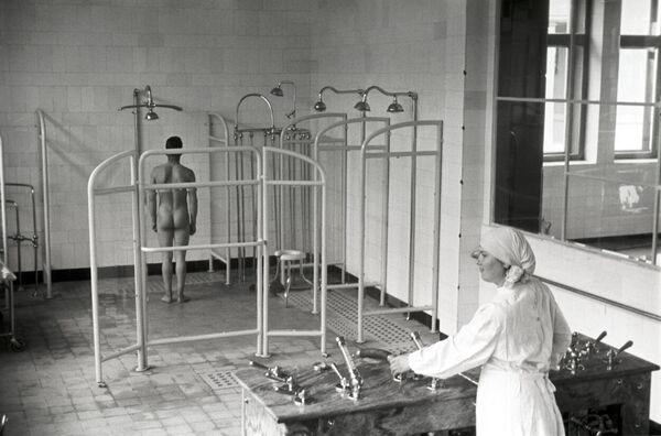 Vodní procedury v sanatoriu Kurpaty, Jalta, 1950. - Sputnik Česká republika