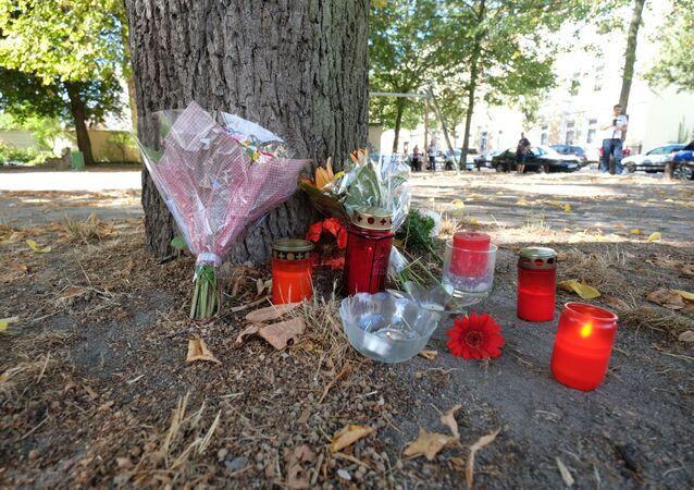 Květiny a svíčky na místě vraždy 22letého Němce, kterého zabili dva afghánští migranti ve městě Kethen, Německo