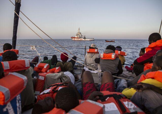 Italská loď společnosti Mediterranea s migranty na palubě