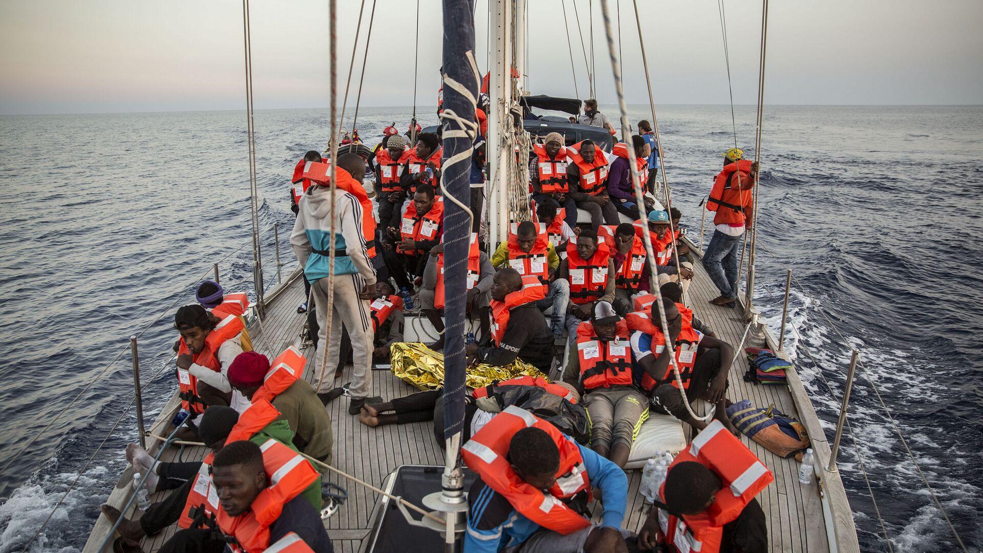 Loď Alex humanitární neziskové organizace Mediterranea Saving Humans - Sputnik Česká republika, 1920, 13.05.2021