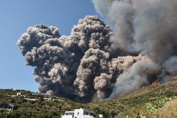 Zatmění slunce, setkání Trumpa a Kim Čong-una, ohňostroj, erupce sopky v Itálii a další důležité události minulého týdne - Sputnik Česká republika