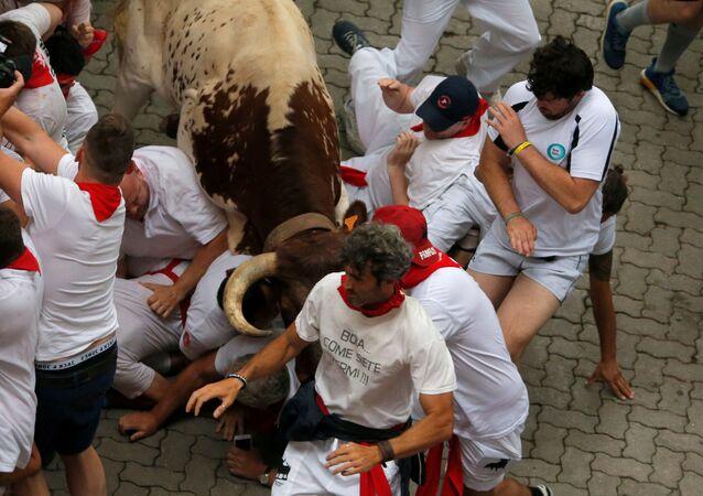 Býk bije účastníka festivalu San Fermín v Pamploně, Španělsko