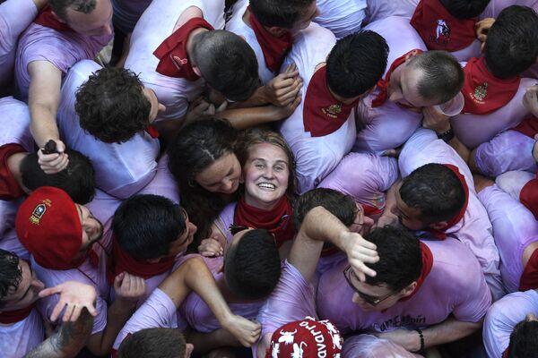 Účastníci festivalu San Fermín slaví začátek festivalu v Pamploně ve Španělsku - Sputnik Česká republika