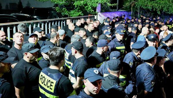 Policisté během demonstrace proto televizní stanici Rustavi 2 v Tbilisi  - Sputnik Česká republika