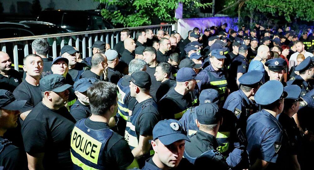 Policisté během demonstrace proto televizní stanici Rustavi 2 v Tbilisi