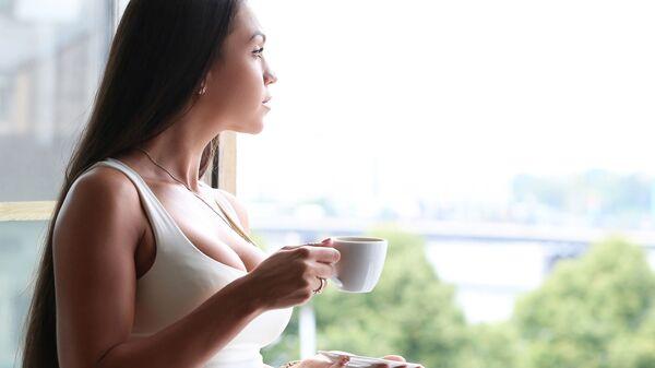 Dívka s šálkem kávy - Sputnik Česká republika