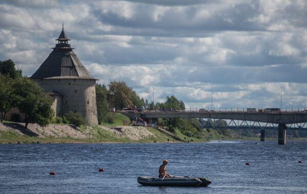 Pokrovská věž Pskovského Kremlu a most přes řeku Velikou v Pskově, Rusko - Sputnik Česká republika