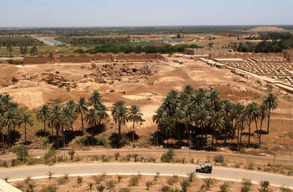 Pohled na Babylon ze strany bývalého letního paláce Saddáma Husajna. Foto námořnictva USA