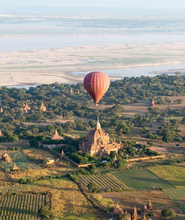 Horkovzdušný balón nad starověkým chrámem ve městě Pagan, Myanmar - Sputnik Česká republika